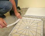 con la superficie totalmente limpia ya podemos empezar a colocar las baldosas lo haremos desde un extremo de la habitacin sin dejar ningn margen