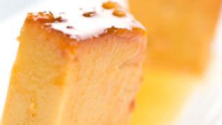 Flan de turrón con salsa de naranja