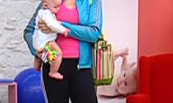 postura coger bebé
