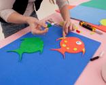 un cuenco como plantilla para dibujar las formas redondeadas de cuatro peces lo haremos sobre goma eva de diferentes colores