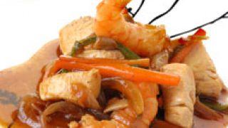 Pollo con verduras y langostinos