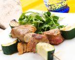 Brochetas de carne marinada con ensalada verde