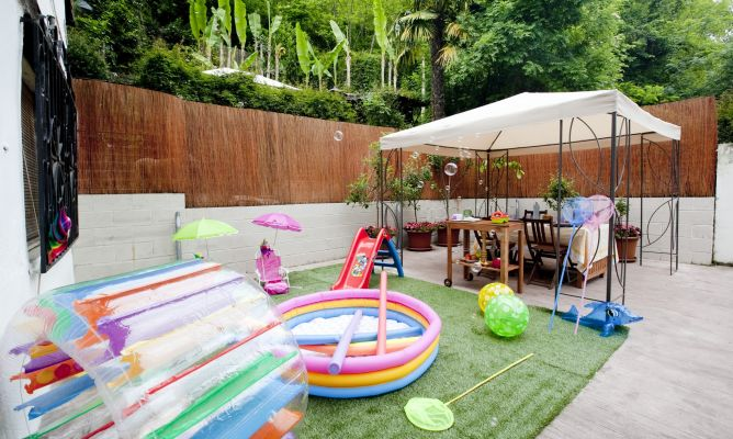 Terraza con zona de juegos decogarden for Decoracion jardin ninos