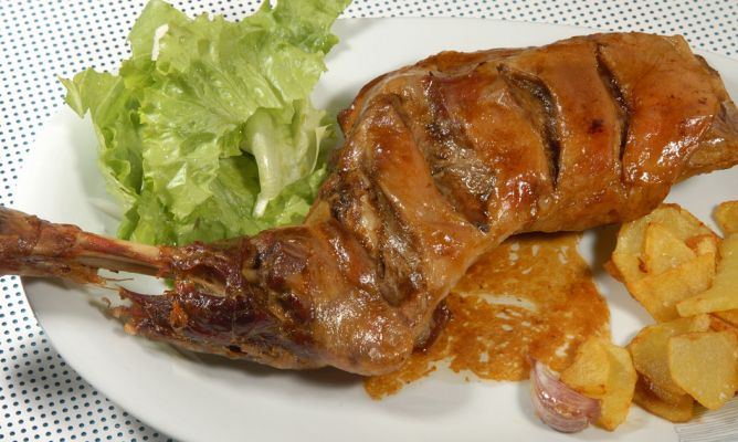 Receta de paletillas de cordero al aroma de ajo karlos for Cocinar paletilla de cordero