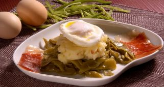 Jud�as con jam�n y huevos escalfados