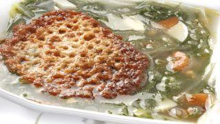 Sopa de acelgas con queso gratinado