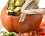 Tomates rellenos de bonito y verdura