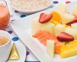 Desayuno con crema de avena y frutas