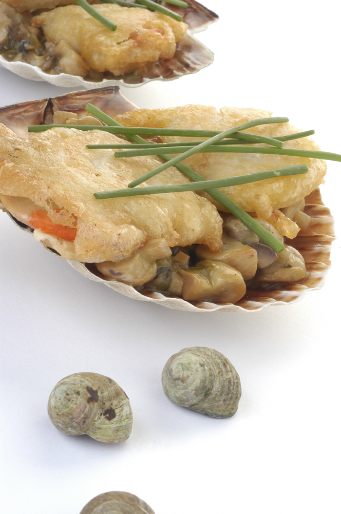 Vieiras en tempura rellenas con caracolillos y champiñones