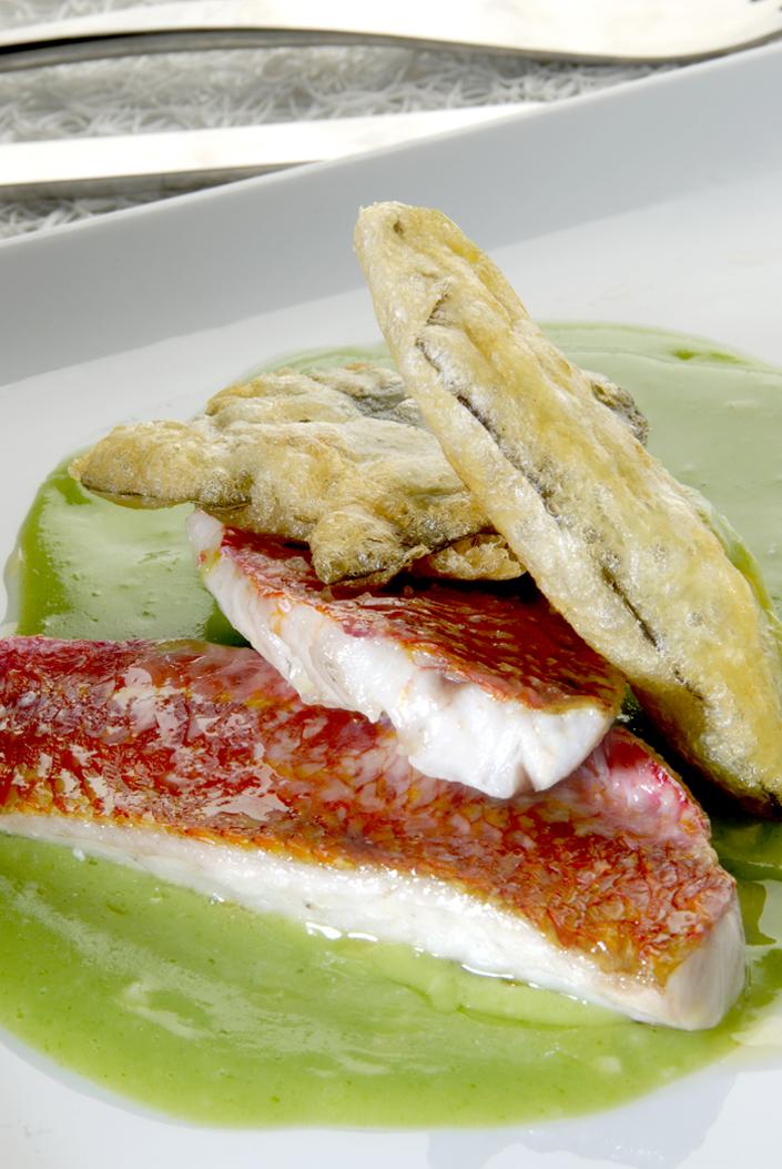 Salmonetes con salsa verde y tempura de algas