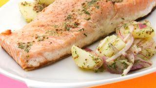 Salmón con ensalada de patata, eneldo y mostaza