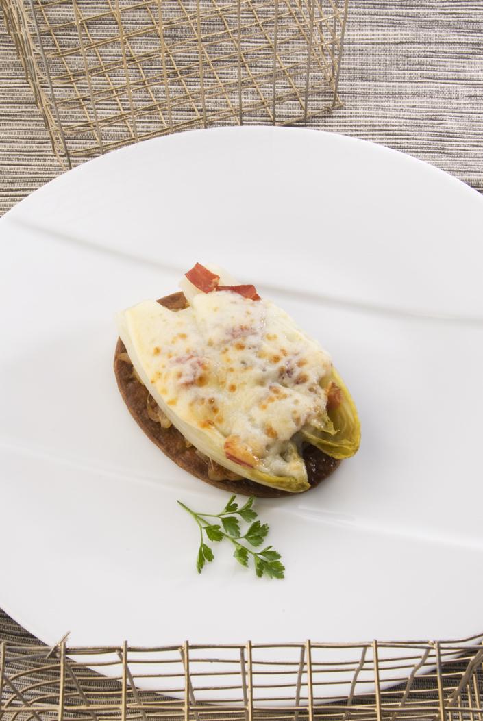 Tartaletas de endibia con jamón y queso