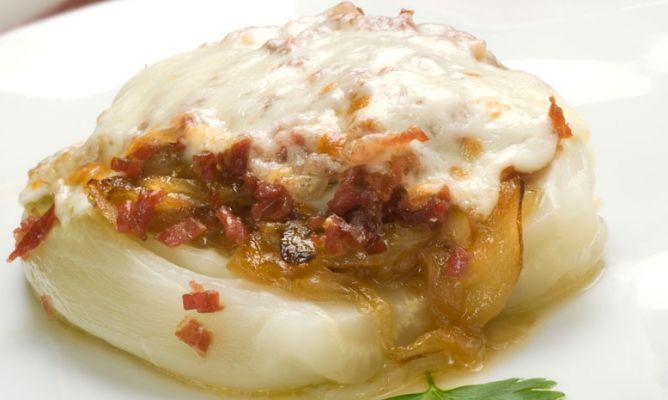 Endibia con cebolla confitada, jamón y queso