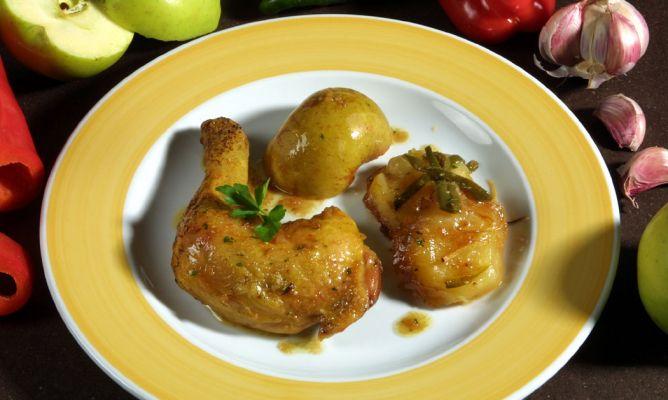 Receta de Muslos de pollo con patatas y manzana - Karlos Arguiñano