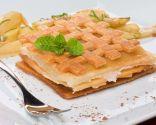Gelatina de peras sobre cama de hojaldre