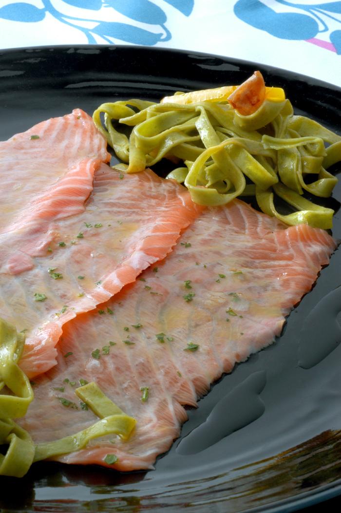 Carpaccio de salmón con pasta fresca