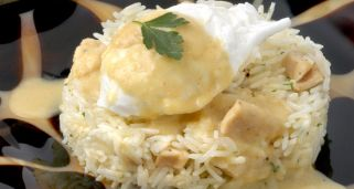 Huevos escalfados y arroz al curry