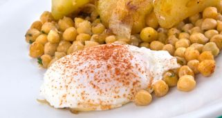 Garbanzos fritos con huevo escalfado