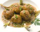 Albóndigas de pavo en salsa con guisantes y ajetes