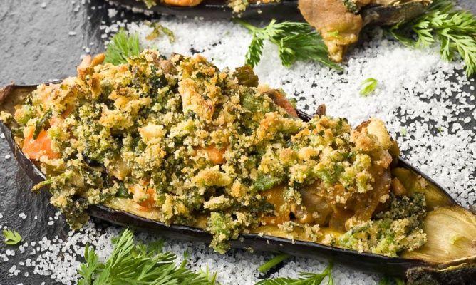Receta de berenjenas rellenas acompa adas con hojas de for Cocina berenjenas rellenas