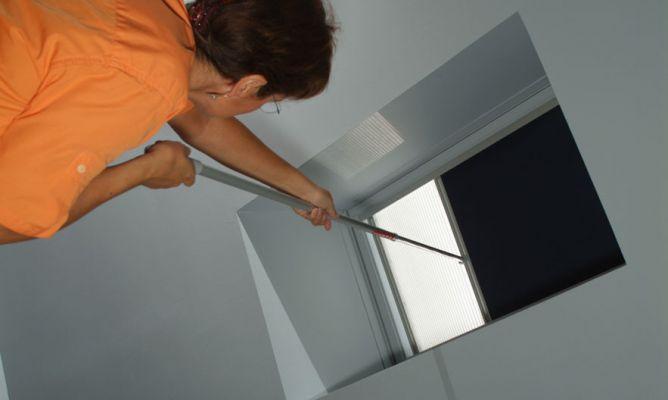 Instalaci n de cortina en ventana de tejado bricoman a - Cortinas para ventanas abuhardilladas ...