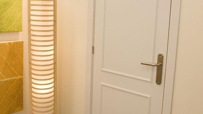 Puerta corredera lacada en blanco con molduras el marco de for Puertas decorativas para interiores