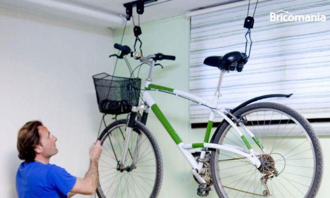 Elevador de bicicletas para el garaje bricoman a for Guardar bicicletas en el jardin