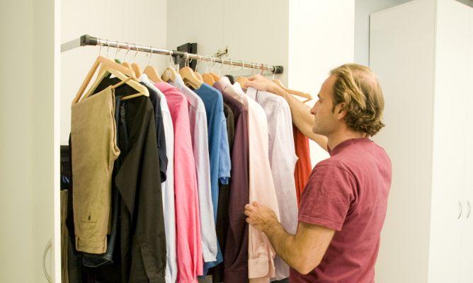 Colgador abatible para armario alto bricoman a for Colgador ropa pared