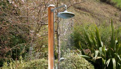 Instalaci n de ducha en jard n bricoman a - Duchas exterior ...
