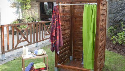 Instalaci n de ducha en jard n bricoman a - Duchas para terrazas ...