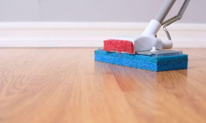 Limpiar y tratar suelo de madera hogarmania - Como limpiar el suelo de madera ...