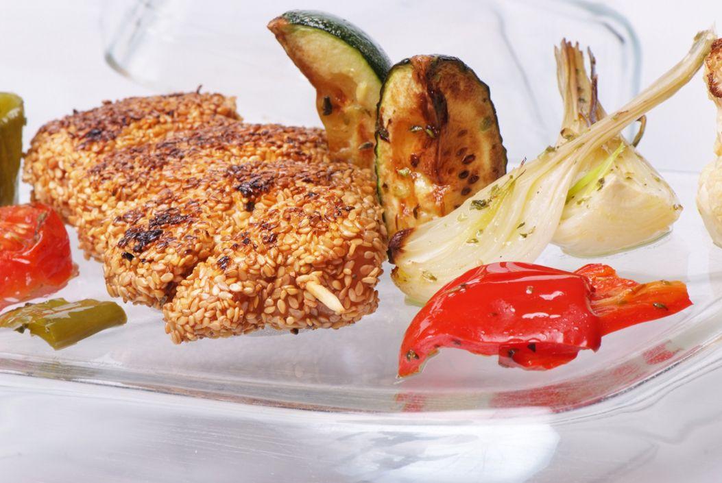 Brochetas de pollo y sésamo con verduras al horno