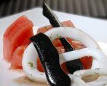 Ensalada de calamares con tomate y perlas negras
