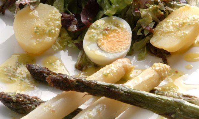 Receta de ensalada de esp rragos huevo y patata karlos - Comidas con esparragos ...