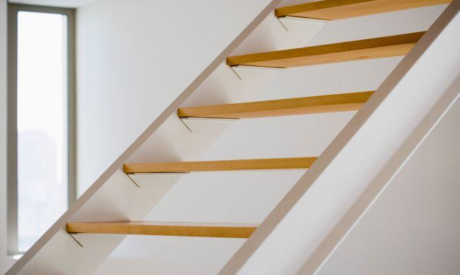 Escaleras seguras en el hogar hogarmania for Medidas escaleras