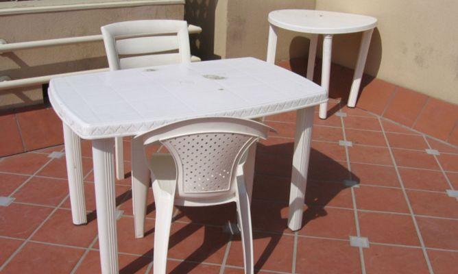 Limpiar mesas y sillas de pl stico hogarmania for Mesa plastico jardin