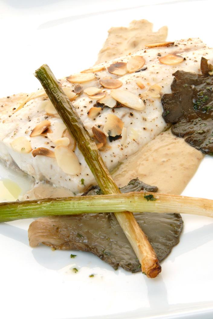 Lubina con salsa de almendras, setas y ajos frescos
