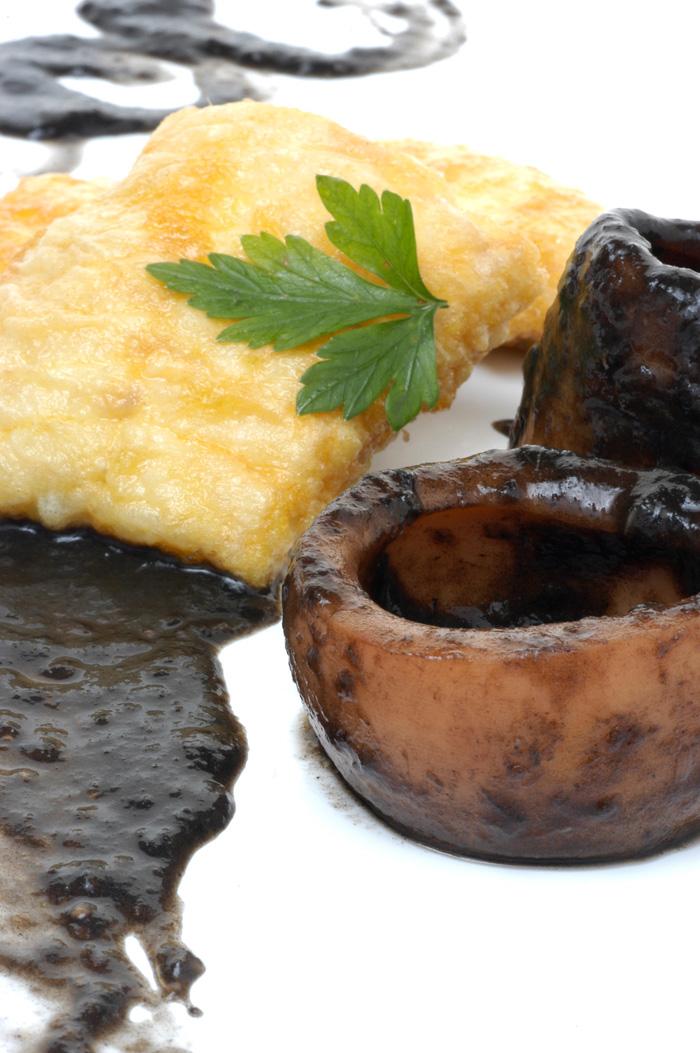 Merluza frita con salsa negra