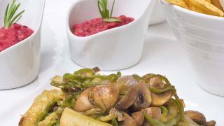 Salteado de verduras con hummus de remolacha