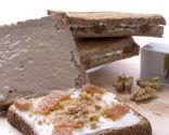 Sándwich de tahini, queso, nueces y membrillo