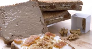 Sandwich de tahini, queso, nueces y membrillo