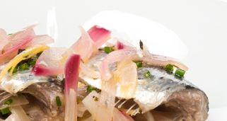 Sardinas en escabeche con chips coloradas