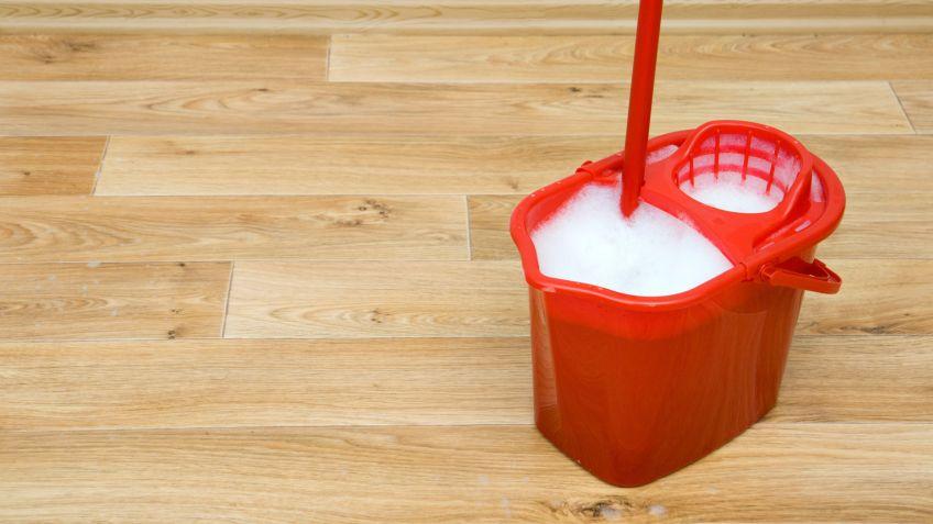 Limpiar suelos de madera o gres - Hogarmania