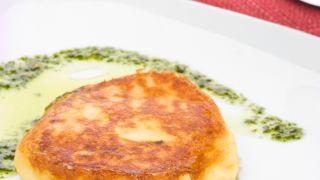 Tortas de papa, jamón y queso con mojo verde