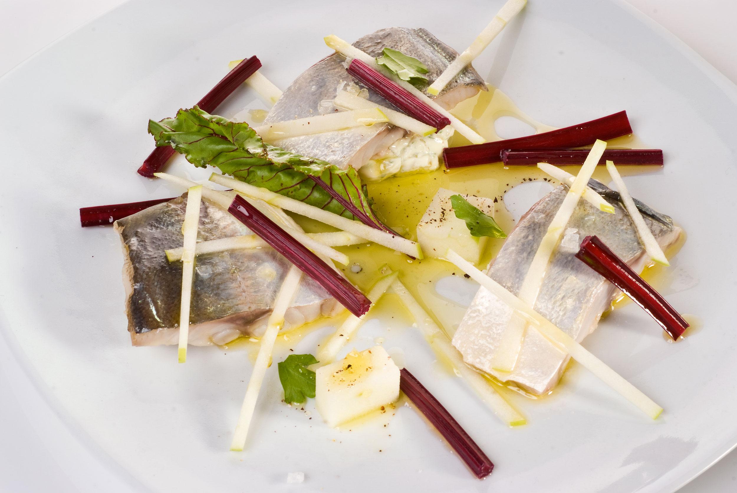 Chicharro marinado con ensaladilla de encurtidos