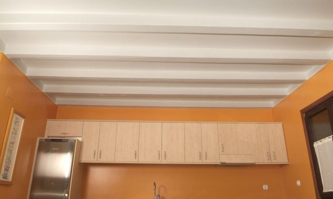 Pintar techo de madera en cocina bricoman a - Como pintar un techo ...