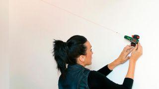 Cómo colocar cuadros de forma escalonada en la pared de la escalera