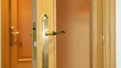 Cambiar la manilla de una puerta bricoman a - Arreglo de puertas de madera ...