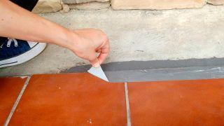 Arreglo de grieta en suelo exterior