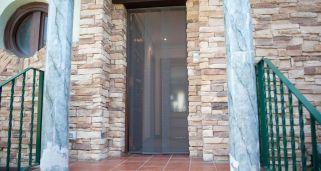 Cortina mosquitera para puerta bricoman a - Como hacer una puerta mosquitera abatible ...